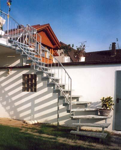 Außentreppe Stahl verzinkte aussentreppe aus stahl mit gitterroststufen und